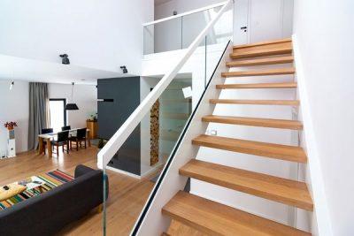 Białe schody samonośne