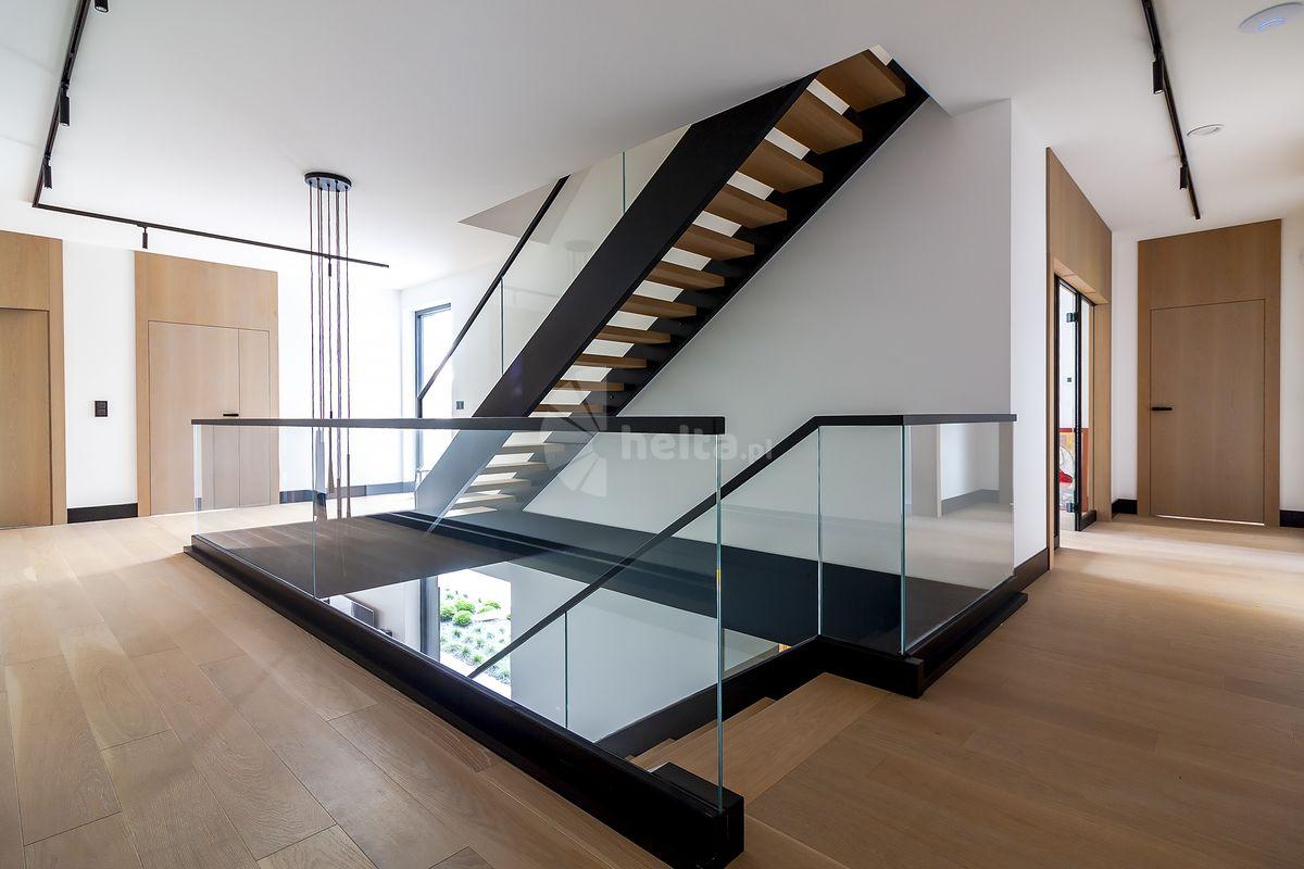 Balustrady szklane z czarną poręczą