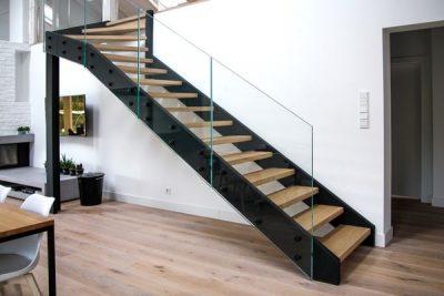 Czarne schody wewnętrzne
