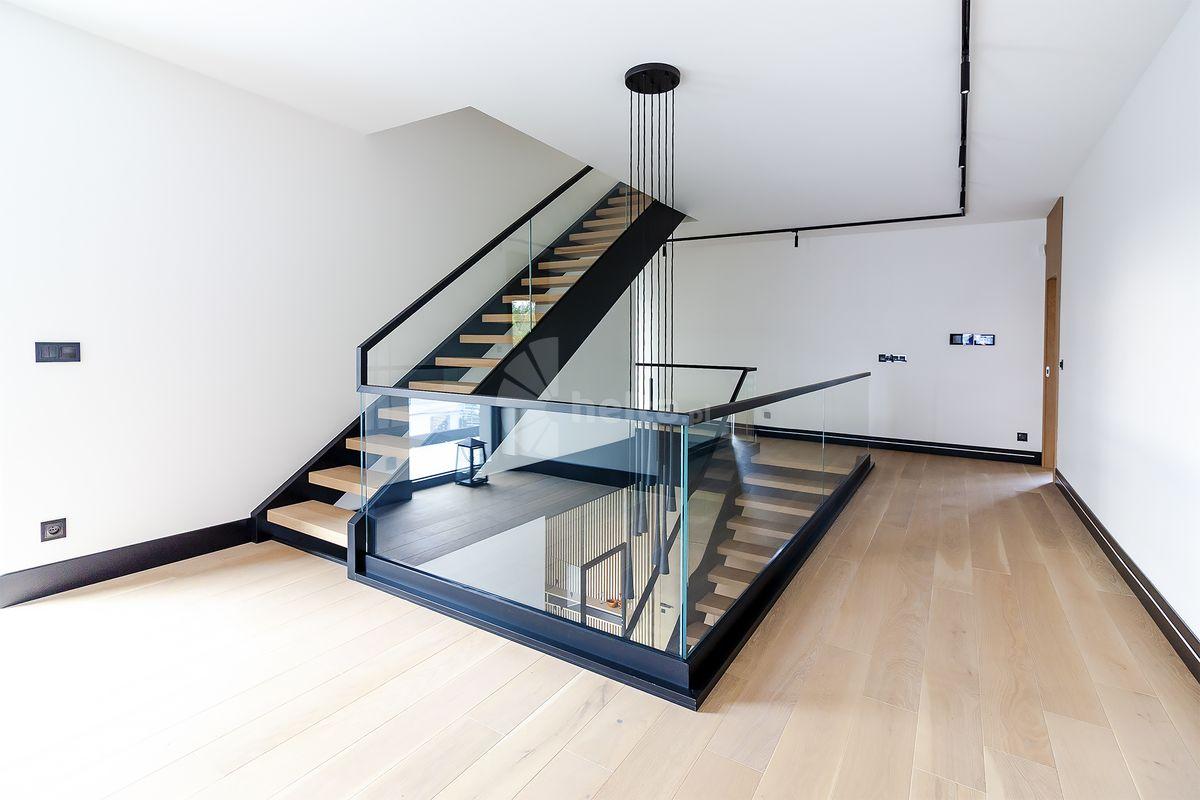 schody jednobiegowe w salonie