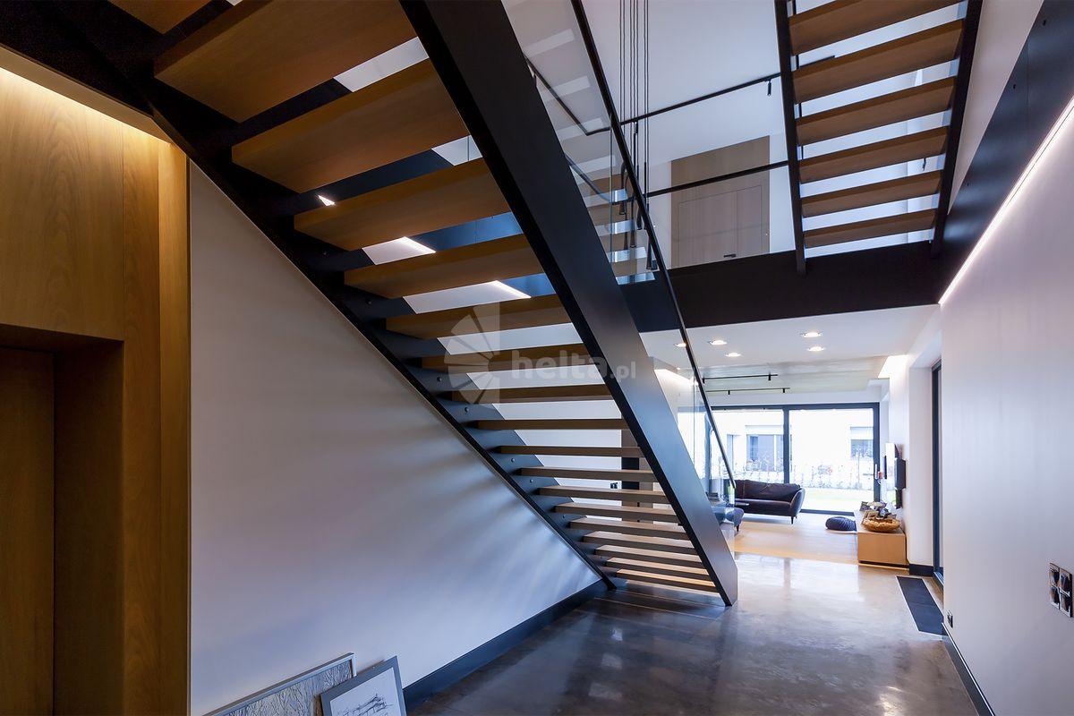 Wewnętrzne schody metalowe