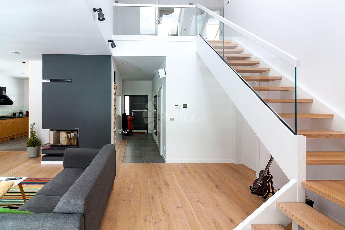 białe schody wewnętrzne