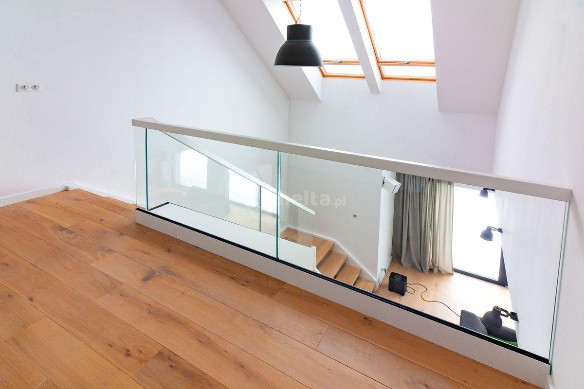 białe schody z balustradą szklaną