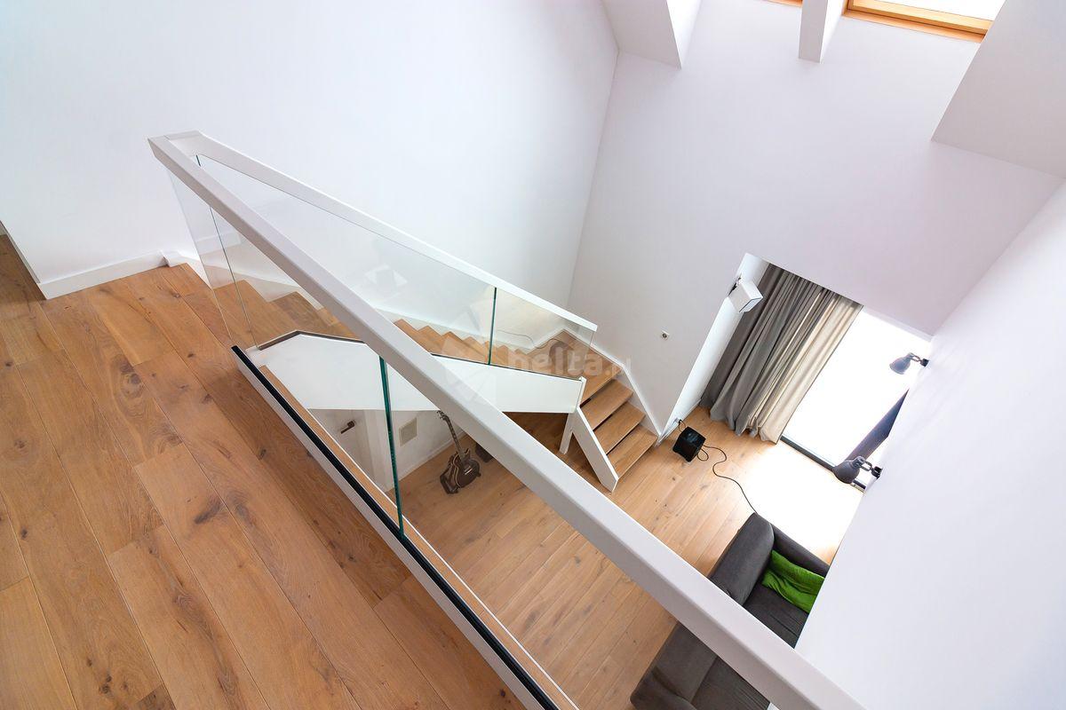 schody białe z drewnem