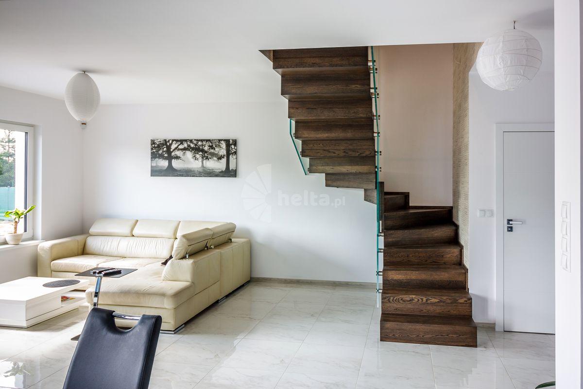 schody w kolorze orzech