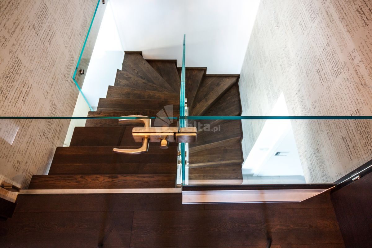 schody z orzecha włoskiego