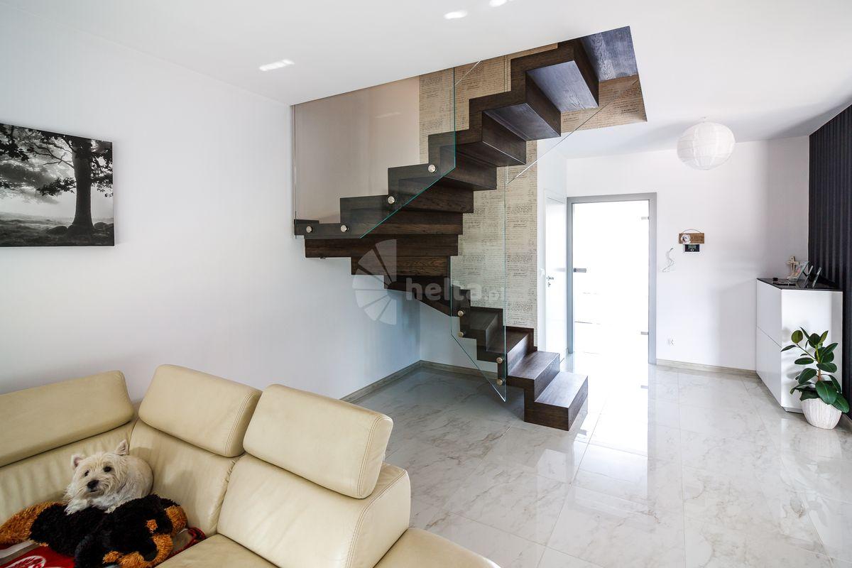 schody drewniane kolor orzech