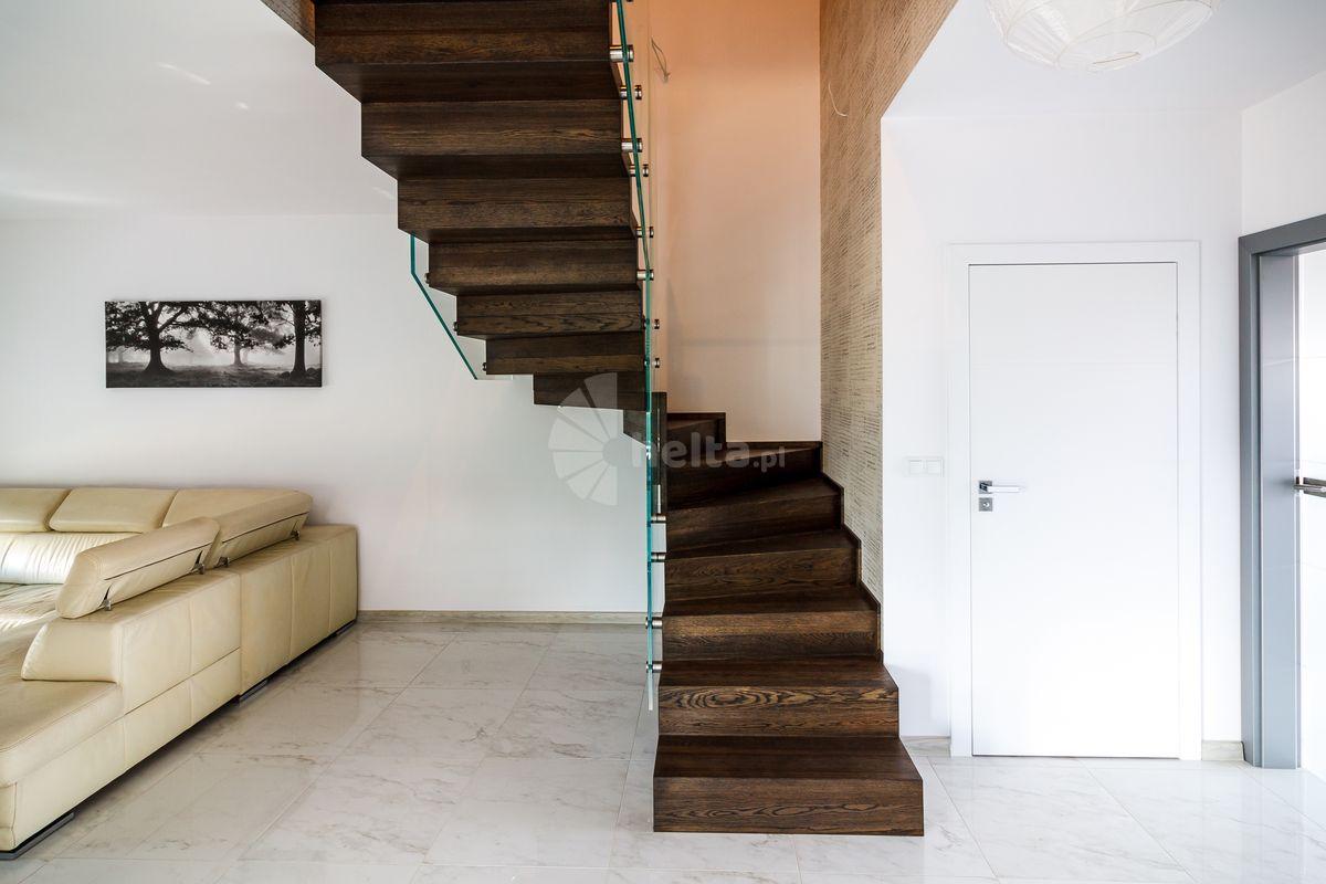 schody drewniane ciemny orzech