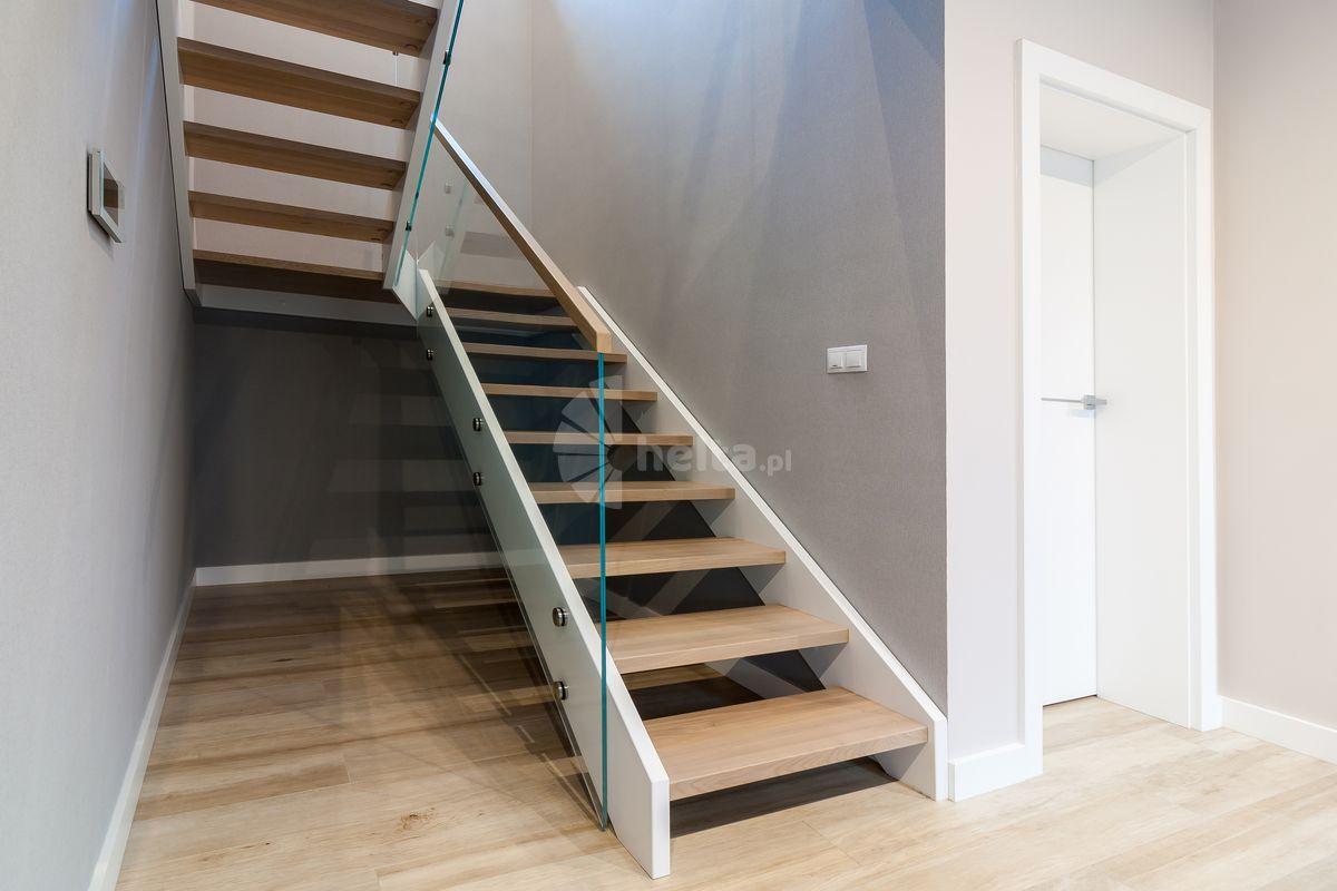 białe schody z balustrada szklana