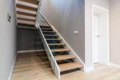 Białe schody policzkowe
