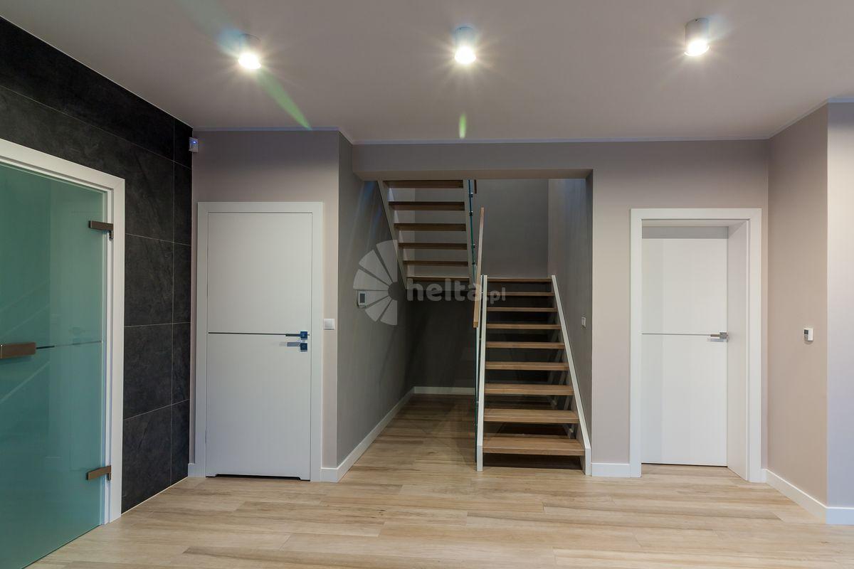 biała barierka schody