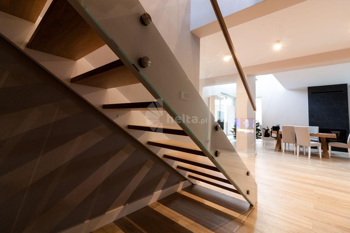 Balustrady szklane do schodów drewnianych