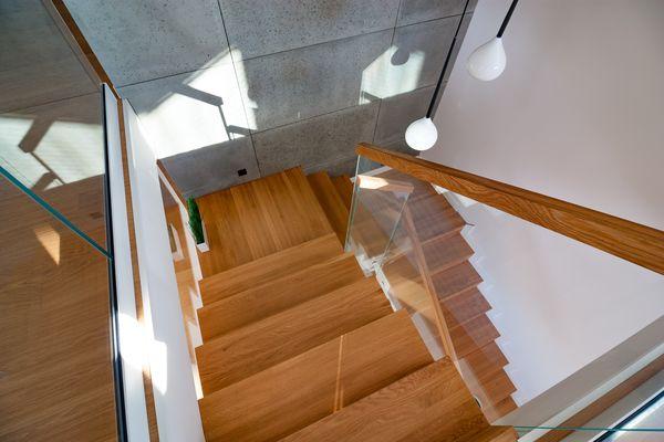 Drewno dębowe na schodach wewnętrznych