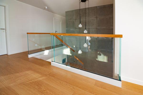 Balustrady szklane do schodów dębowych