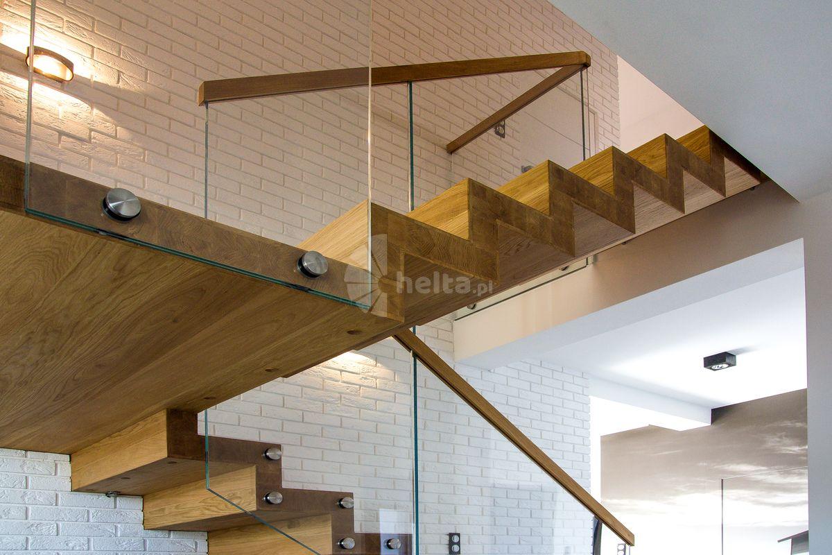 Schody dywanowe z balustradą szklaną