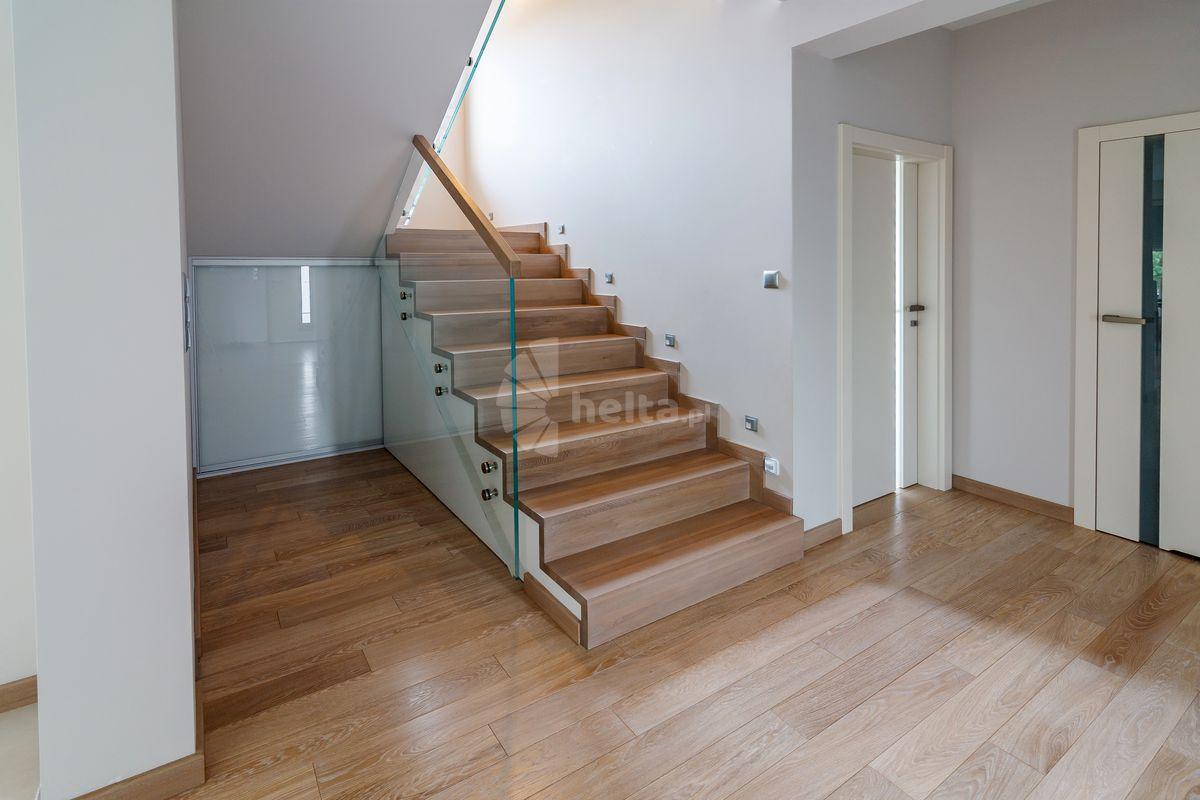 montaż schodów drewnianych