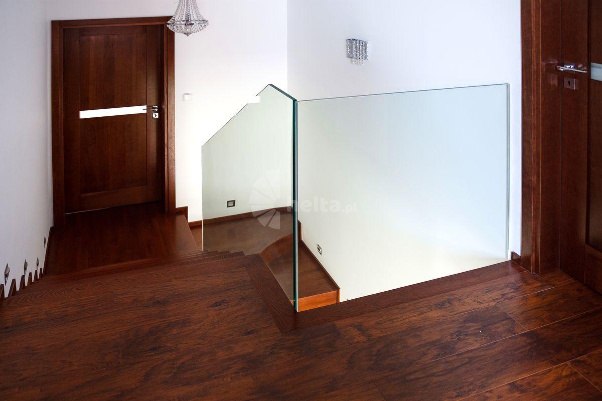 balustrada szklana przy schodach drewnianych