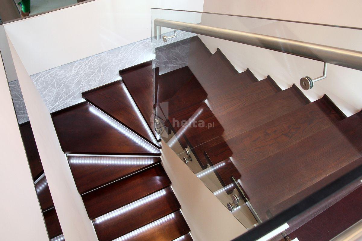 schody drewniane z oświetleniem led