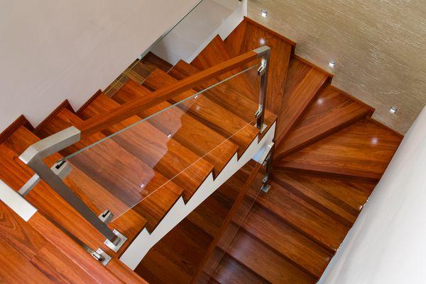 Drewniane schody dywanowe na beton