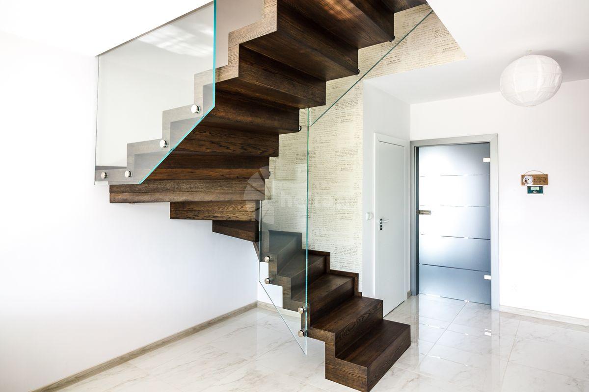 Samonośne schody dębowe