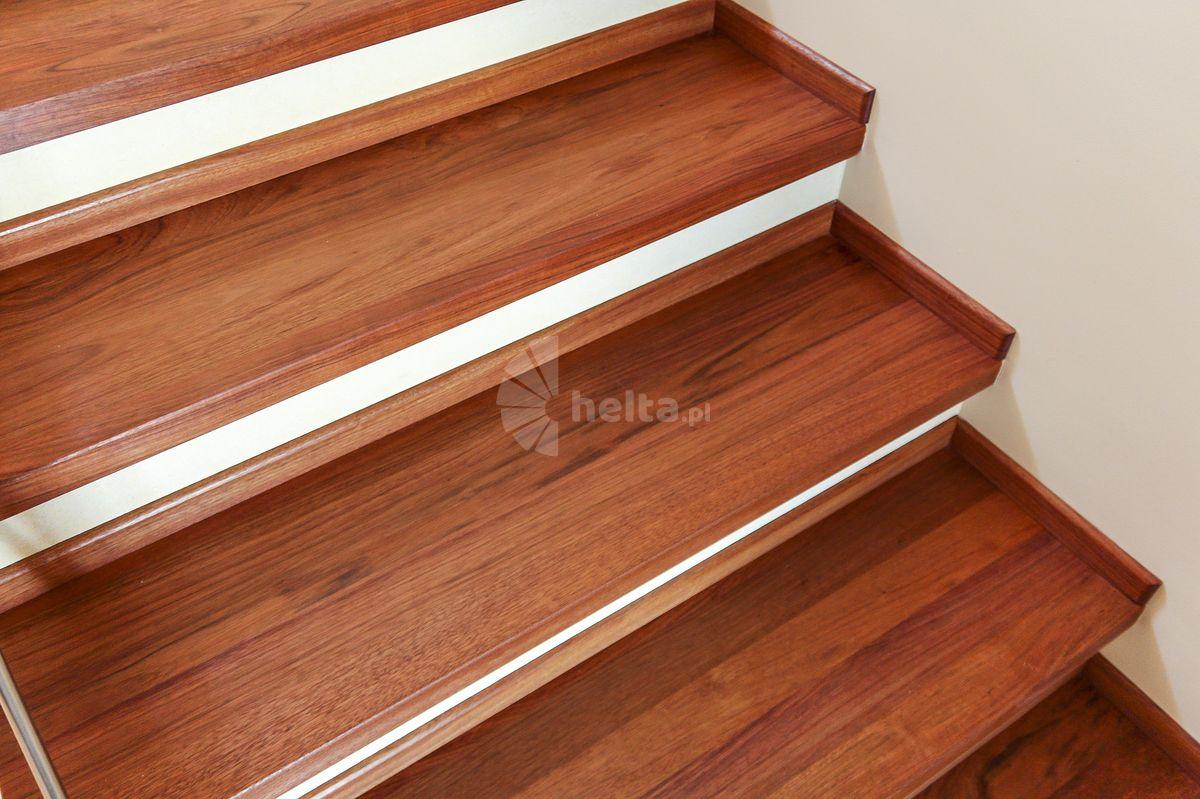 schody drewniane z metalowa balustrada