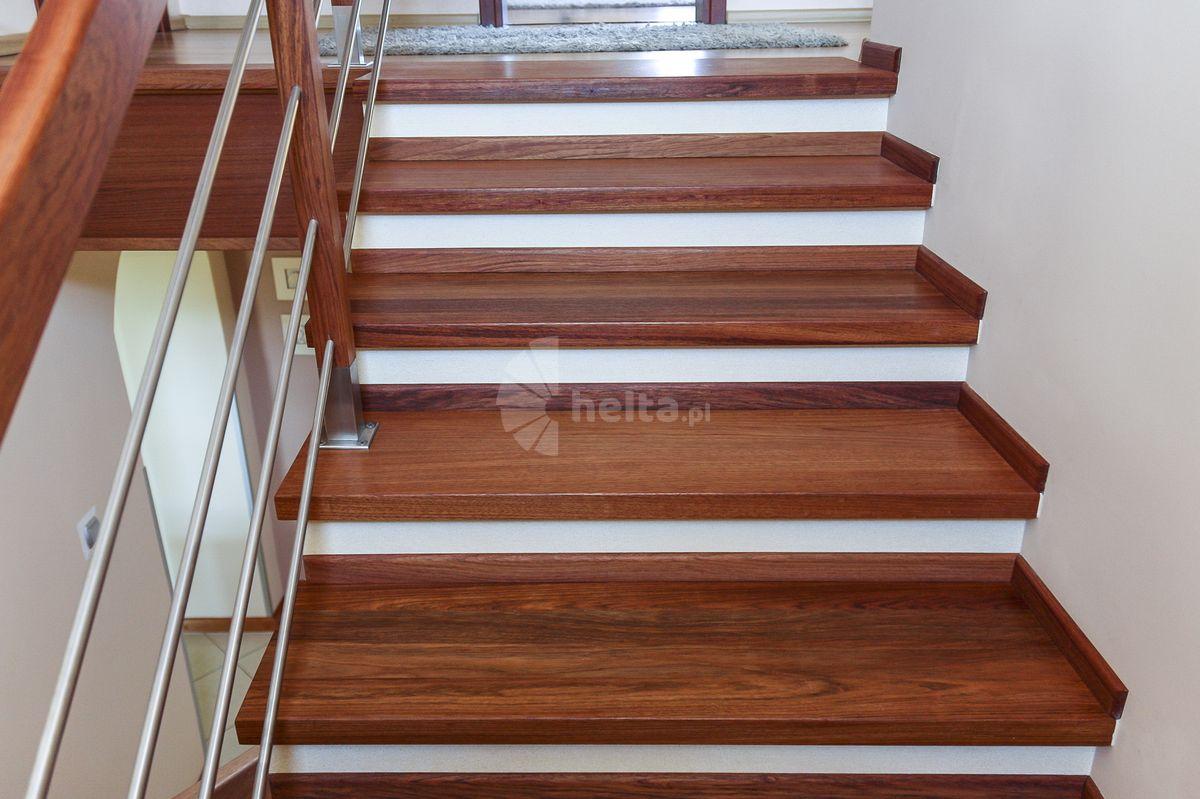 schody drewniane z balustrada