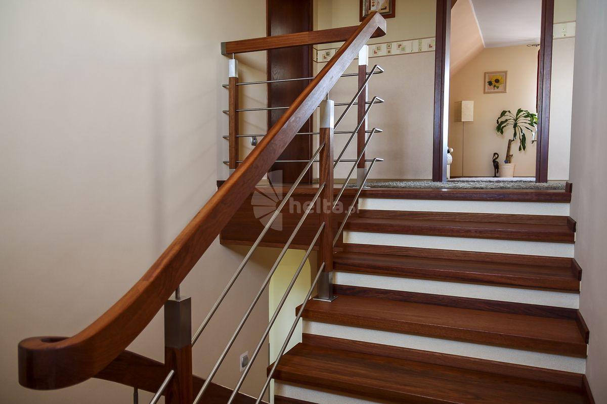 schody z balustrada ze stali nierdzewnej
