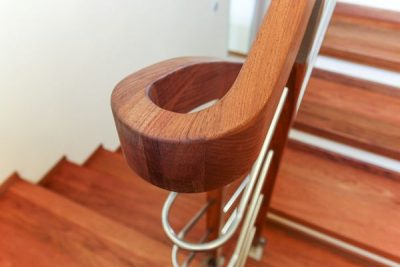 Schody drewniane z balustradą nierdzewną