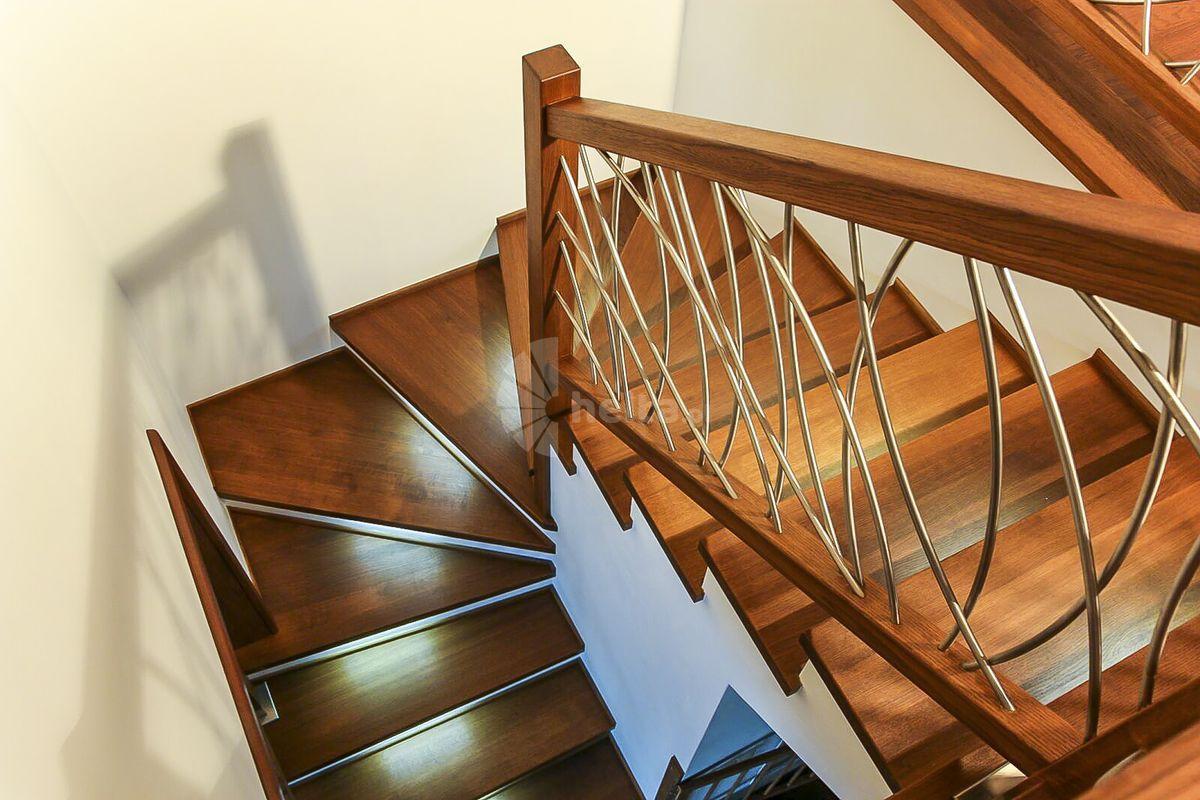 schody z balustradą ze stali nierdzewnej szczotkowanej