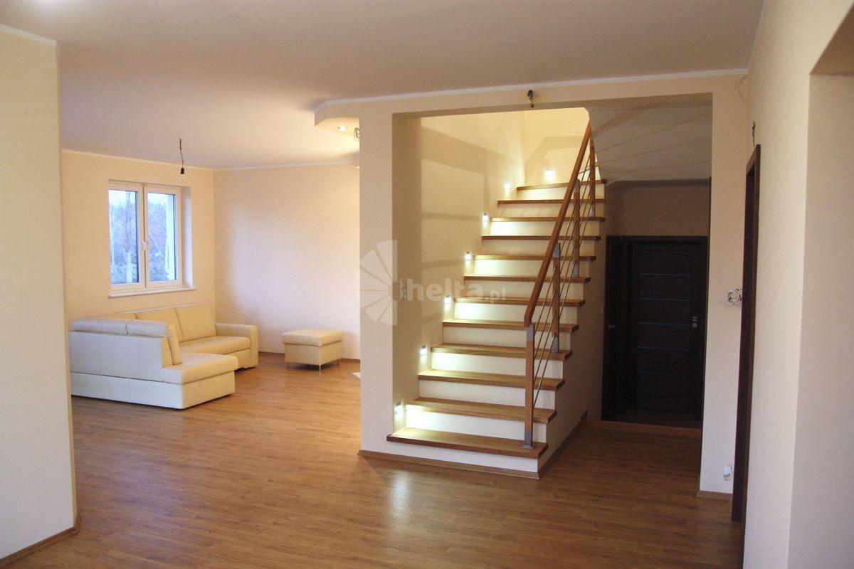 schody drewniane z białymi podstopniami