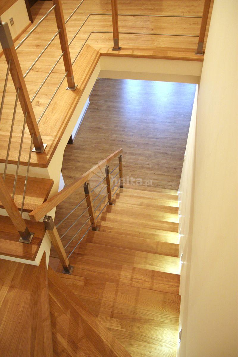 schody białe podstopnie