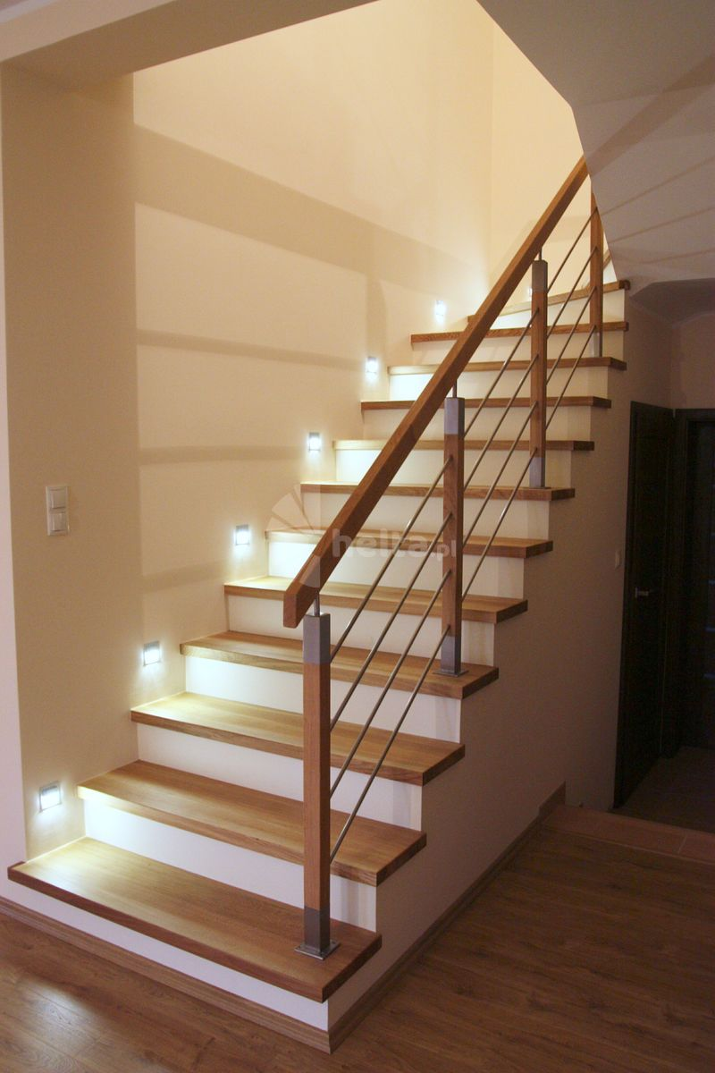 schody dębowe z białymi podstopniami