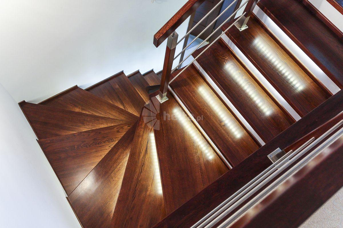 schody drewniane białe podstopnie