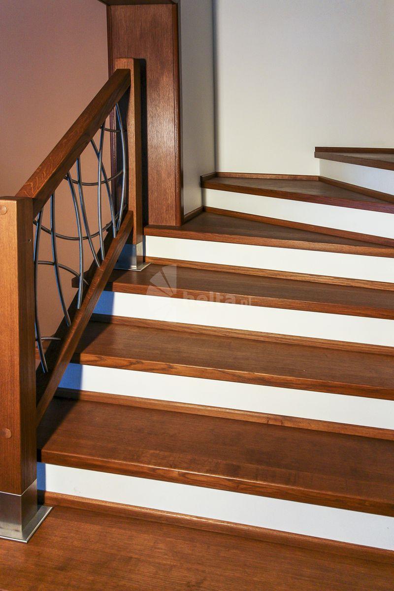 schody drewniane z białą podstopnicą