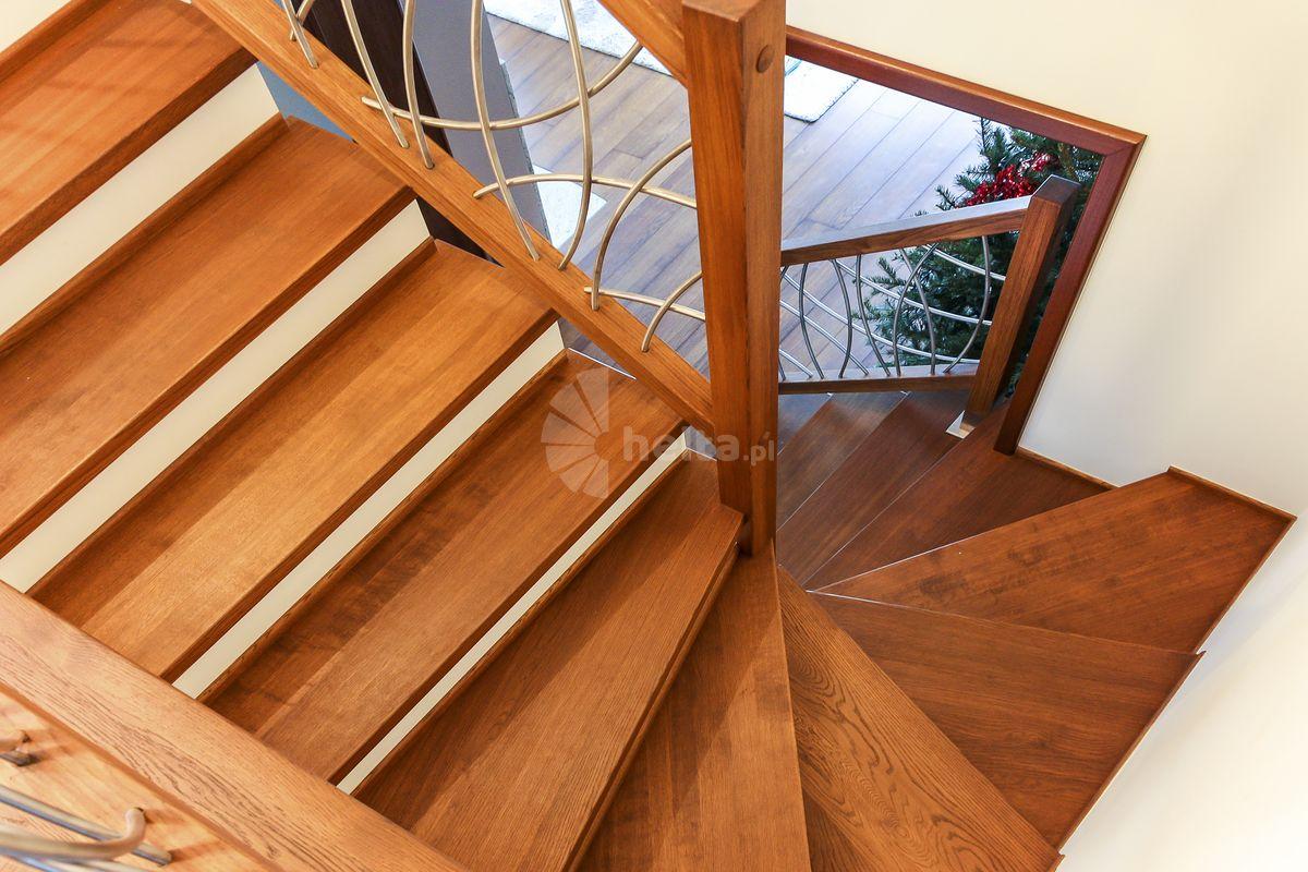 schody z białym podstopniem