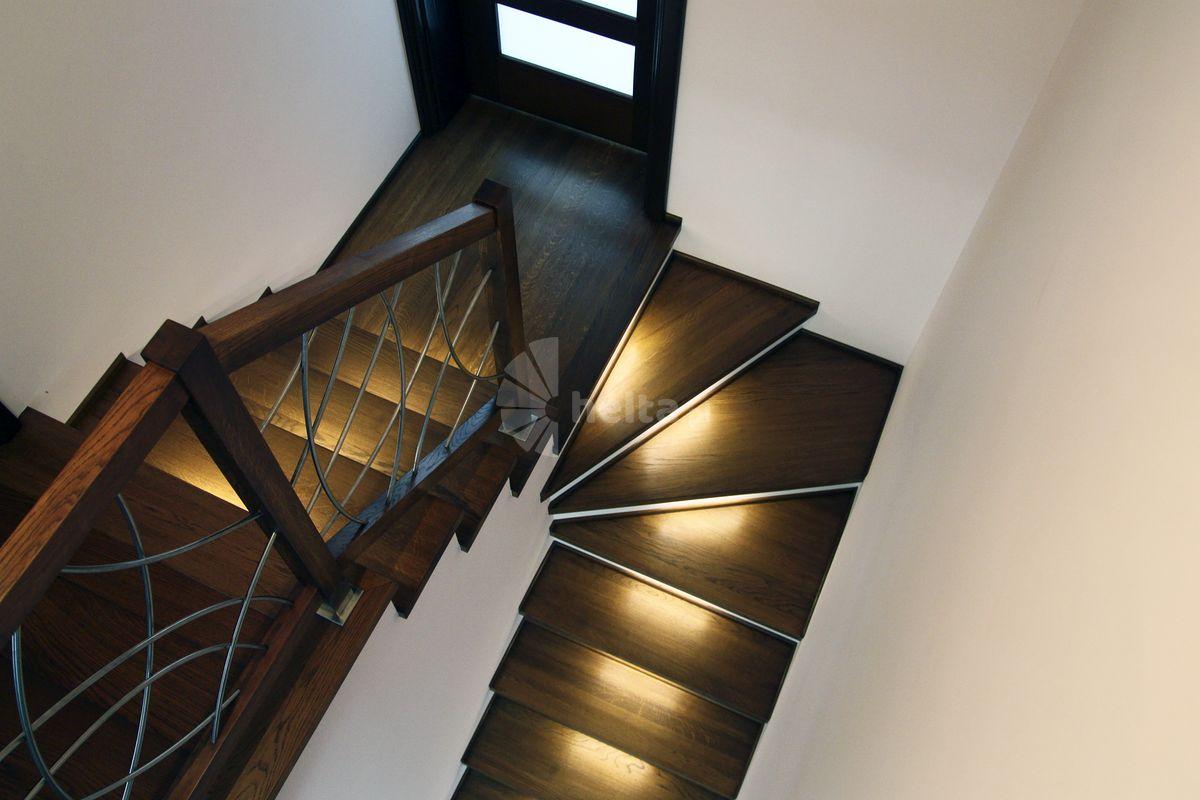 Białe podstopnie do schodów