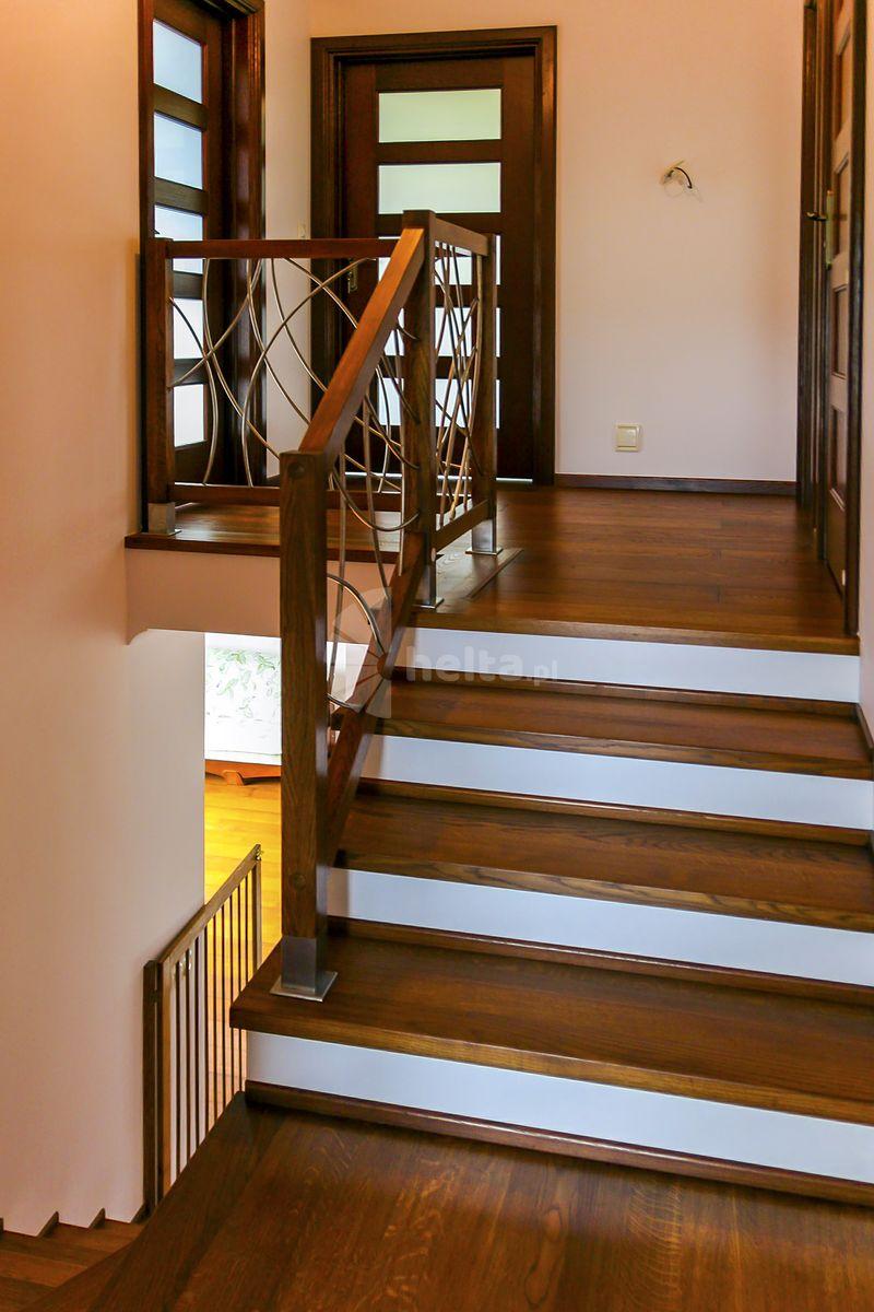 schody drewno i biel