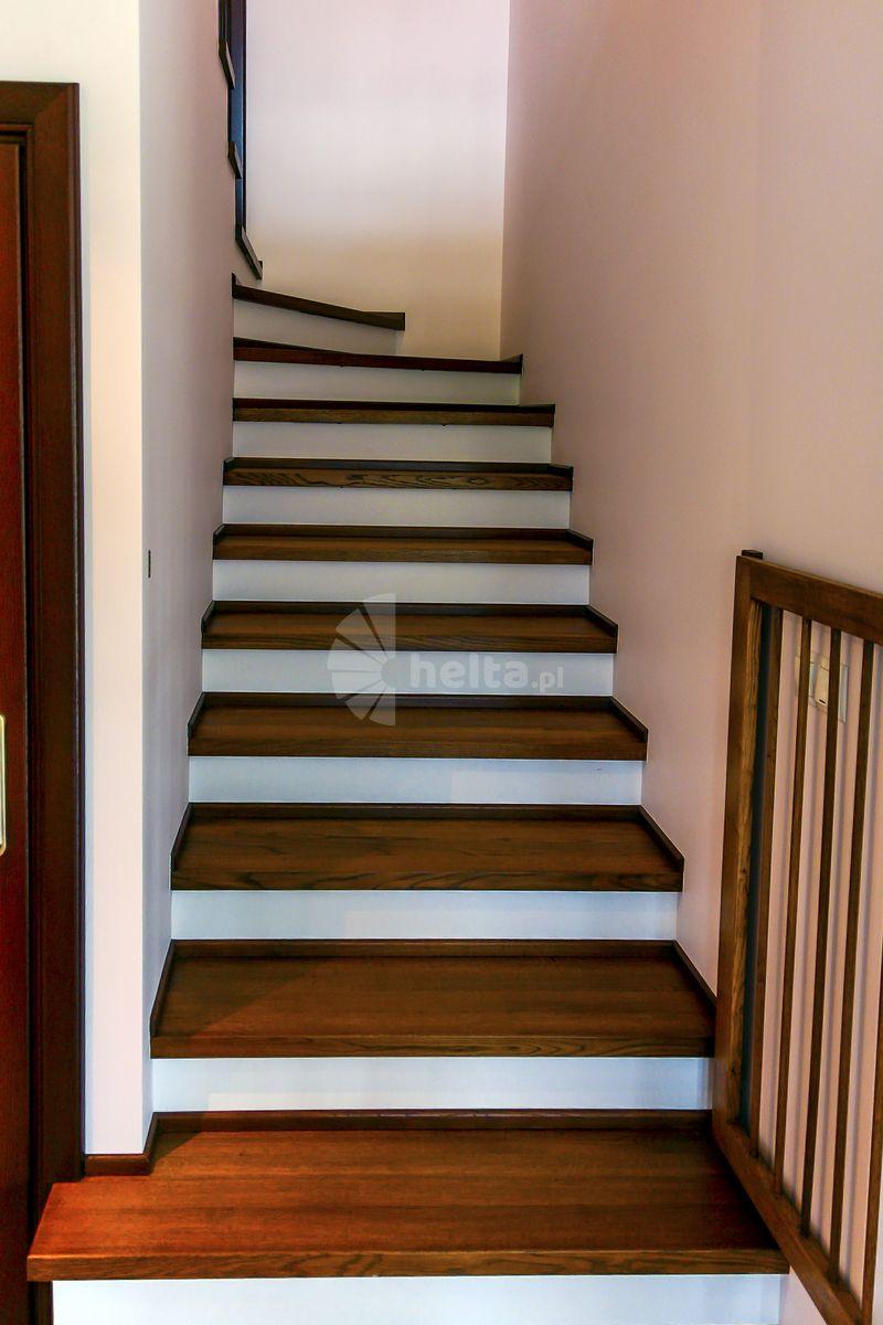 schody z białymi podstopniami