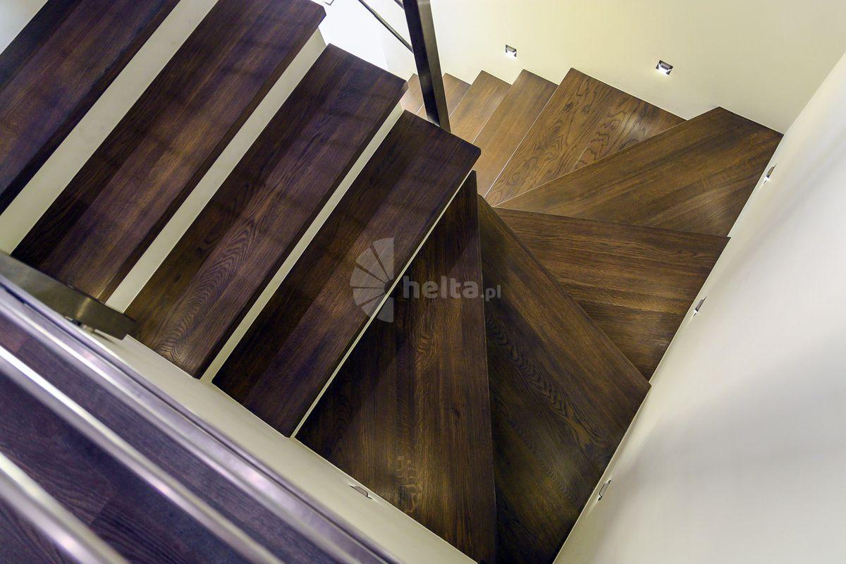 Białe podstopnie w schodach