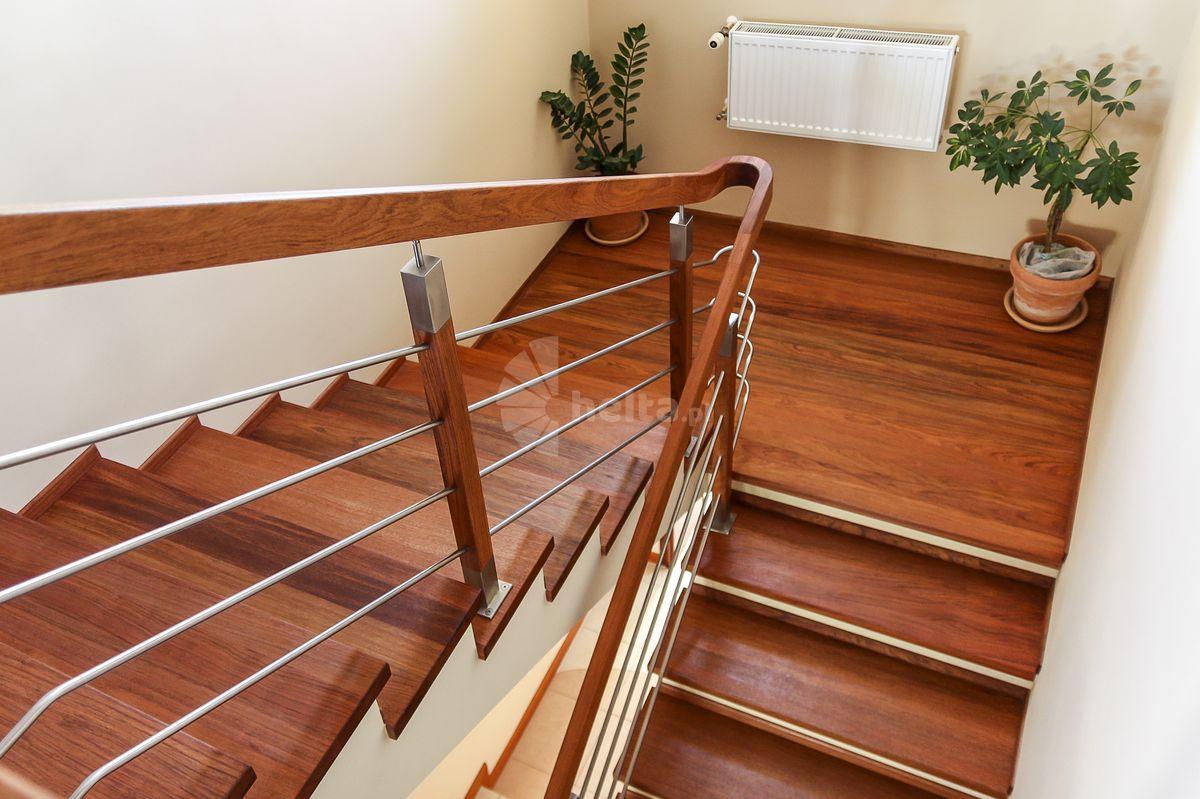 schody drewniane ze spocznikiem