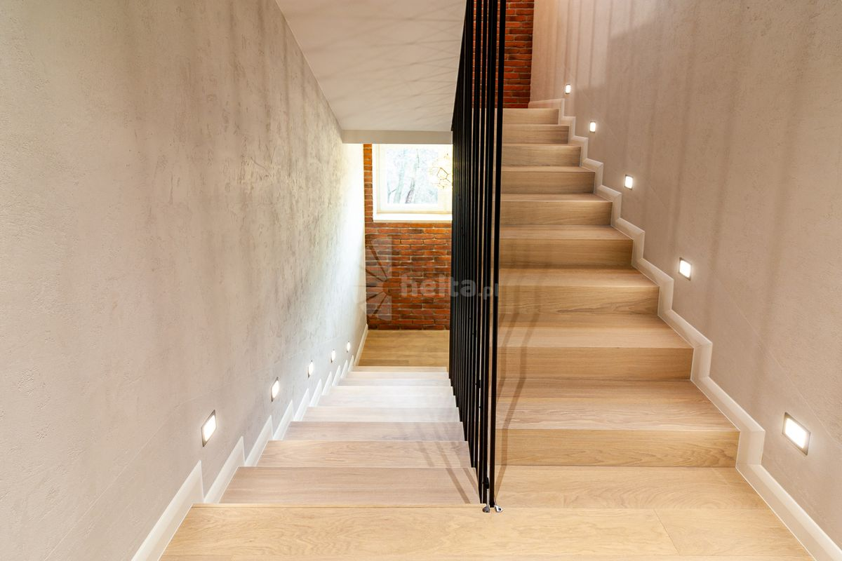 Schody dwubiegowe dywanowe