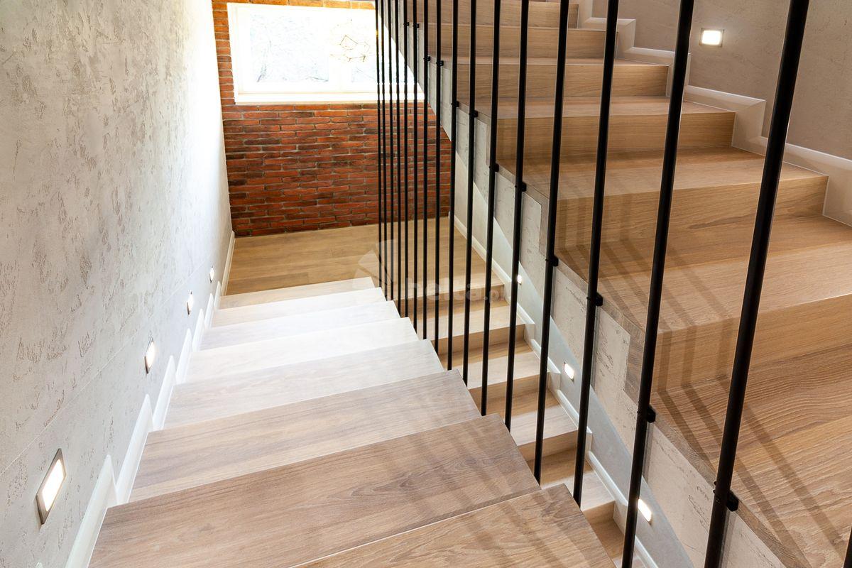 Schody dwubiegowe drewniane na beton