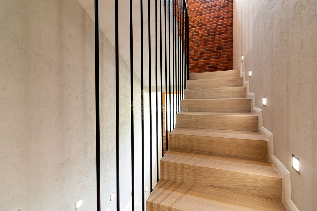 Stylistyka bielonego drewna na schodach
