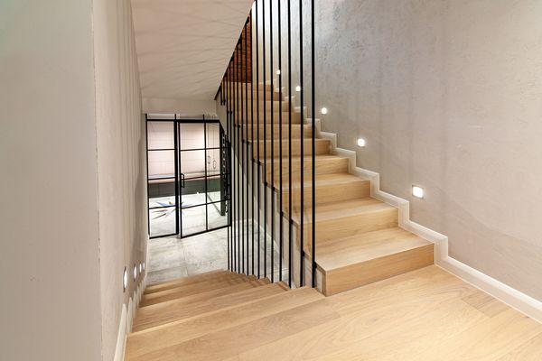 schody drewniane dwubiegowe
