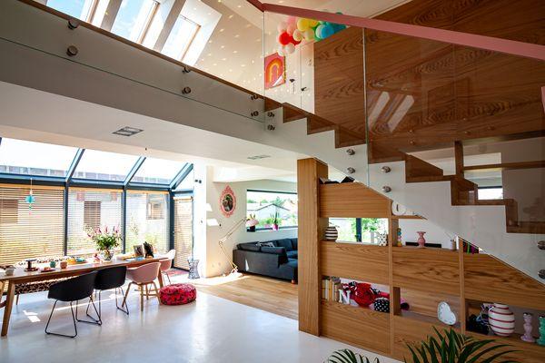 Naturalne schody drewniane w ciepłej stylizacji