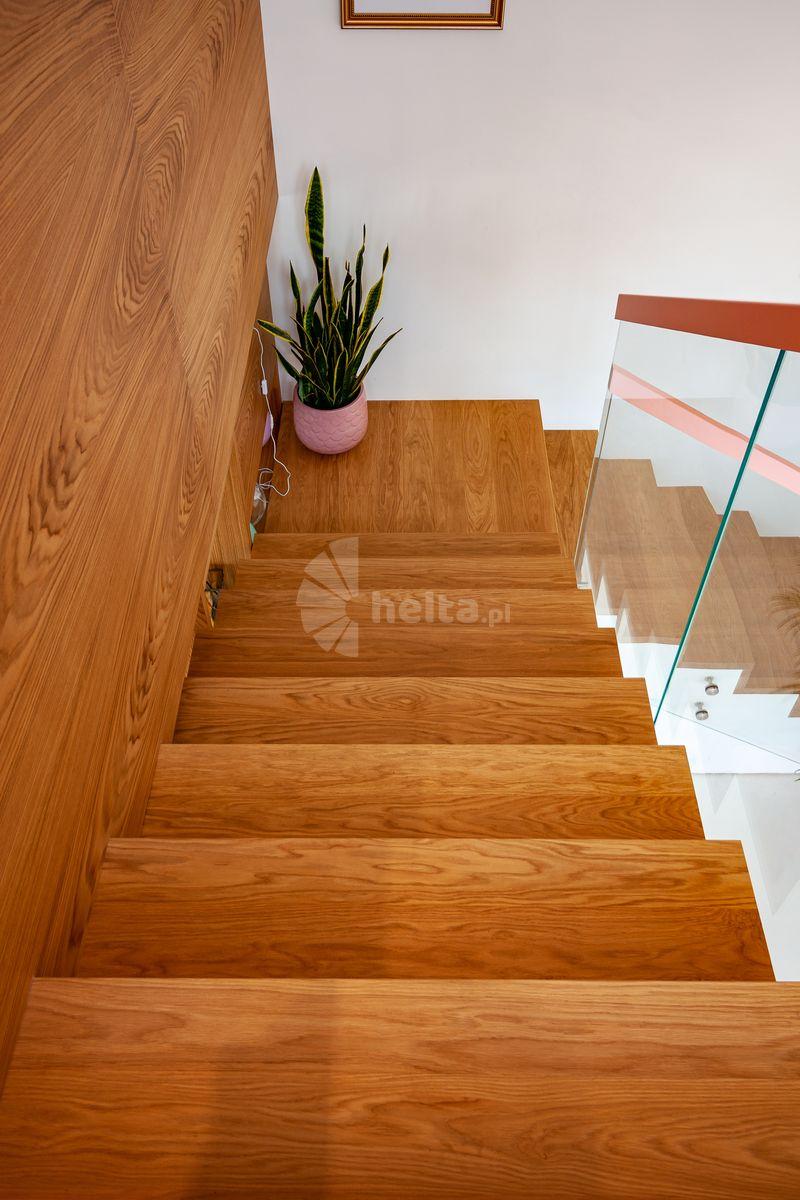 schody dębowe kolor naturalny