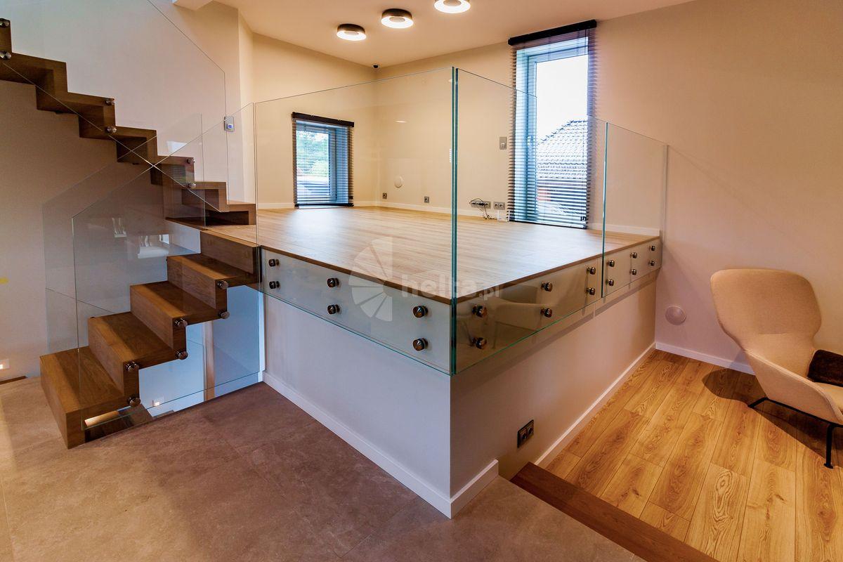 schody dywanowe samonośne ze szkłem optiwhite